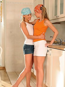 Sexy Hanna and Bandanna Dildoing in Kitchen until Gets Satisfaction