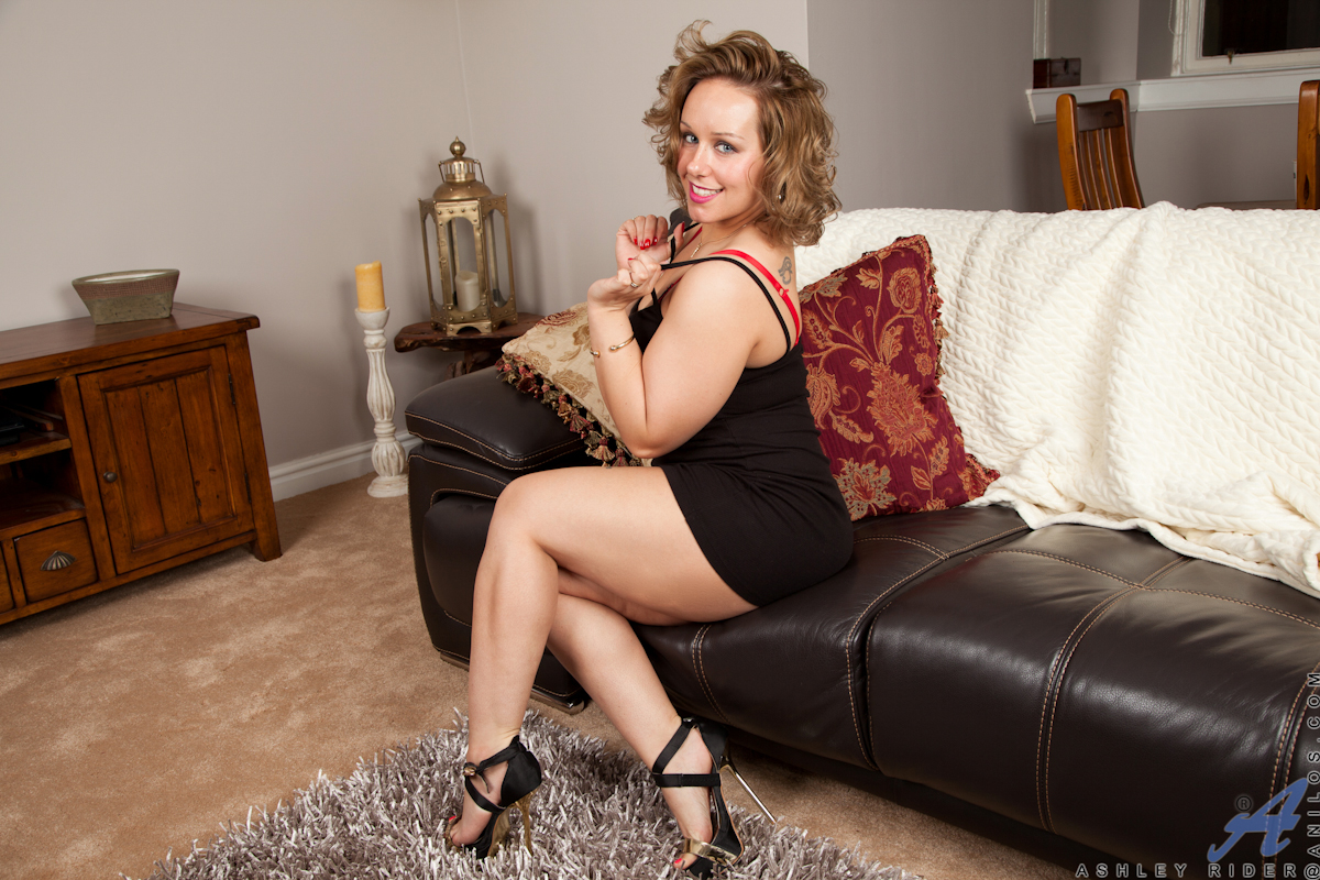 Busty milf in high heels and hot mom porn pics