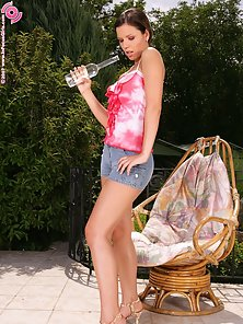 Cute Brunette Babe Peaches Screening Her Pink Twat In Outdoor On the Chair
