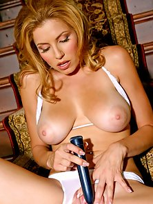 Rounded Tits Babe Jamie Lynn Plays with a Vibrator and Have Cums