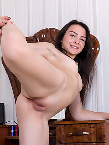 Sexy Brunette Chick Exposing Her Pink Pussy after Undressed