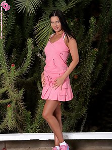Gorgeous Babe Isabella Expose Her Naked Body And Gets Fingered