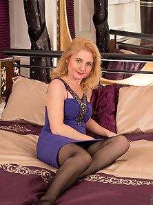 Classy Blonde Cougar on Luxurious Bed Exposes Bikini Wore Sexy Figure