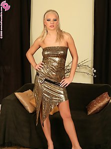 Blonde Babe Sunni Stretched On Couch and Dildo Drilling In Deep