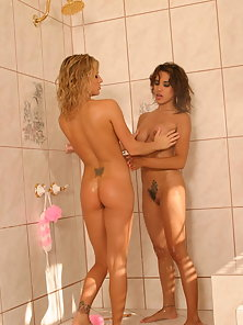 Lesbian pornstars Brooke Belle and Renae Cruz get kinky in the bathroom and make their cooters wet